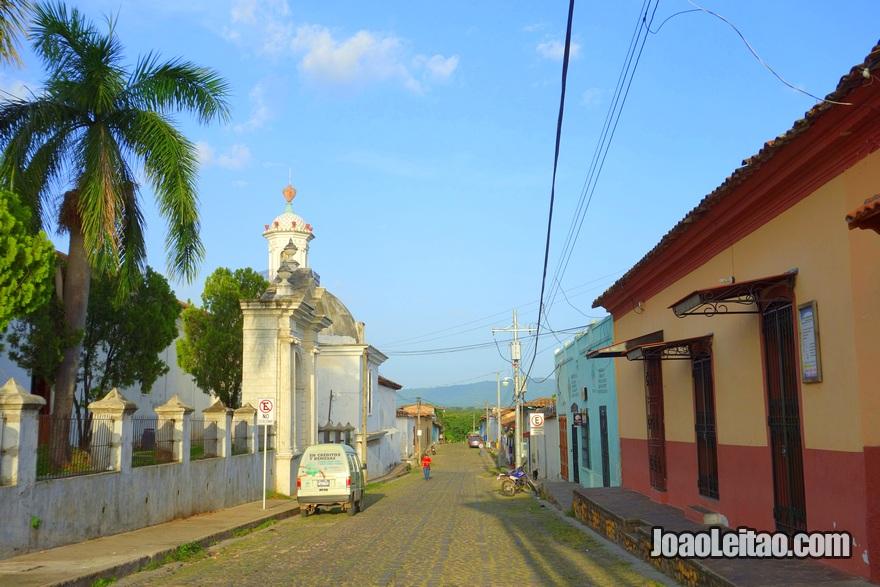 Rua na lateral da Igreja de Santa Lúcia em Suchitoto