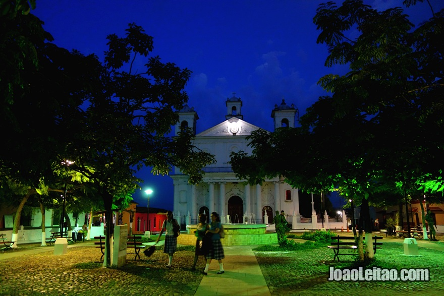 Parque Central de Suchitoto à noite