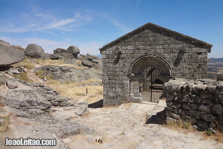 Capela de São Miguel situada no interior do Castelo de Monsanto