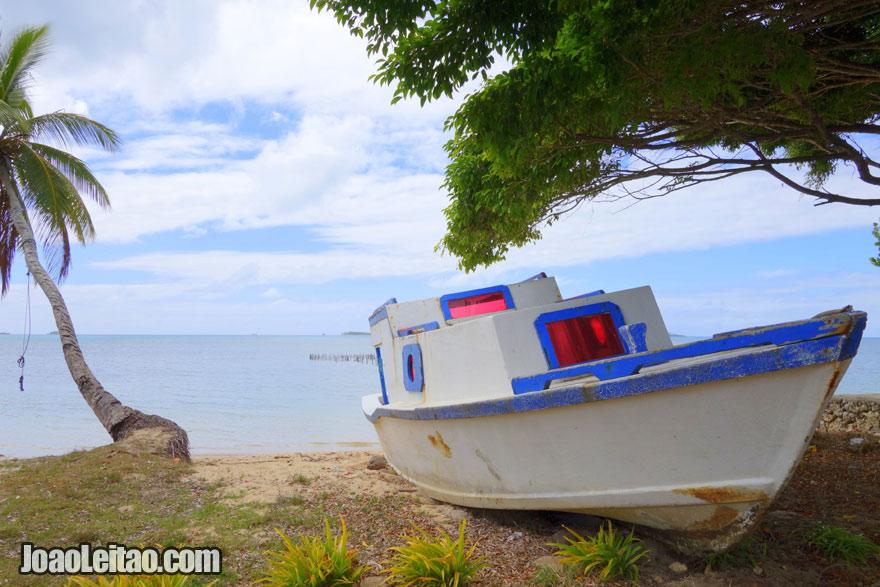 Barco abandonado na praia, Visitar Tonga