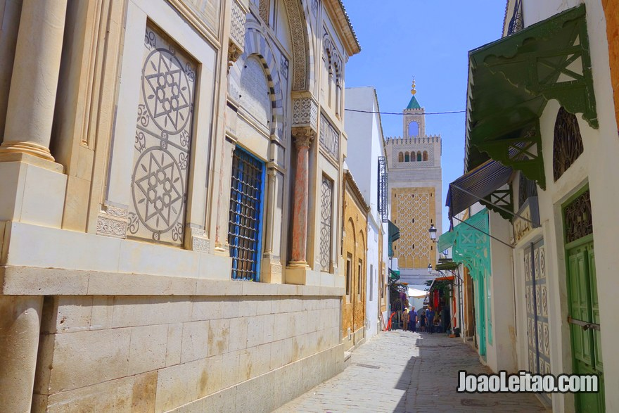 Rua dentro da medina na capital da Tunísia, Visitar Tunes