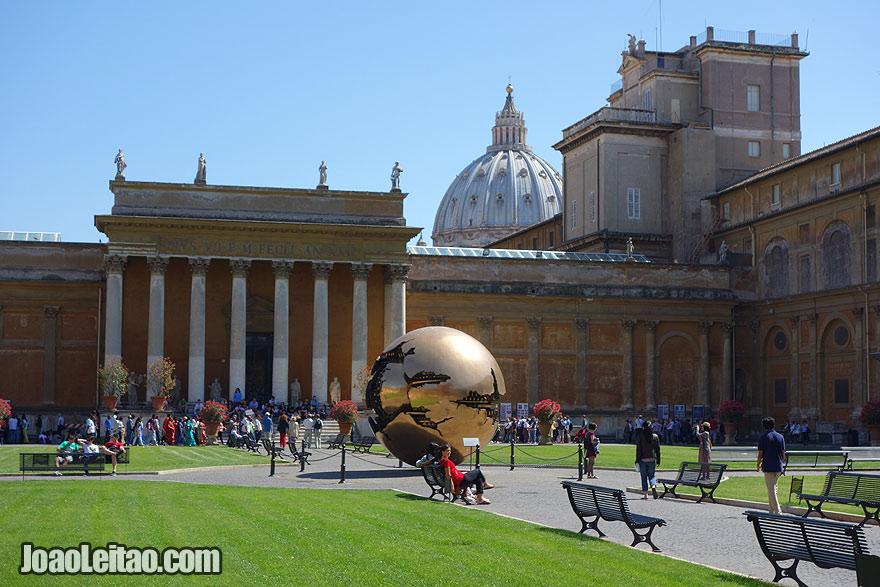 Escultura Sfera con sfera do escultor italiano Arnaldo Pomodoro, Visitar o Vaticano