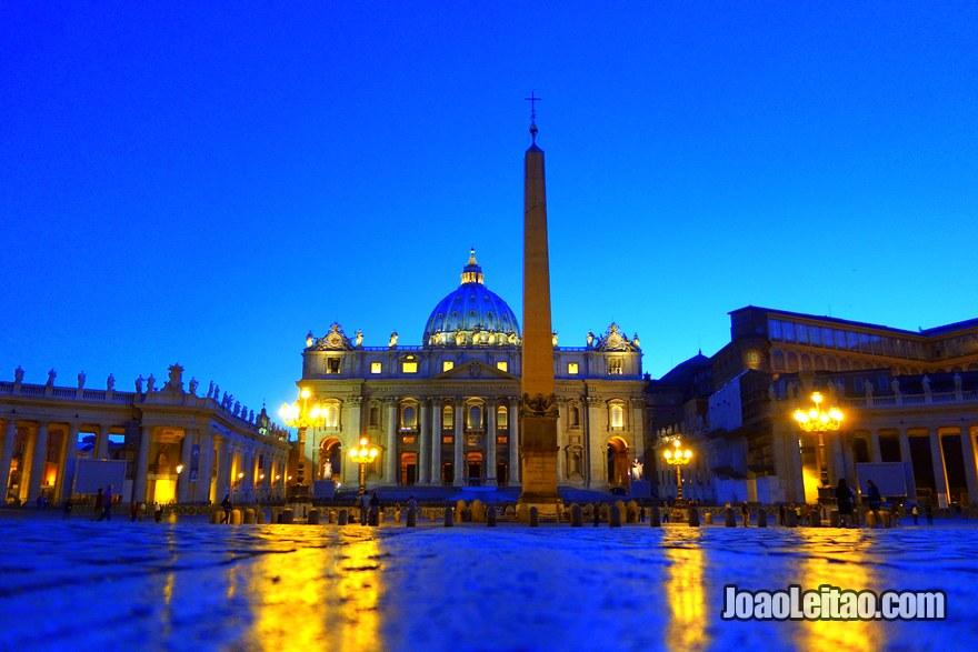 Vista da Basílica de São Pedro e do Obelisco egípcio na Praça de São Pedro durante a noite