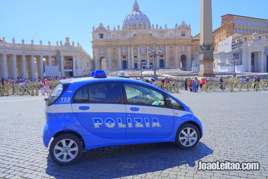 Carro da polícia de Roma na Praça de São Pedro