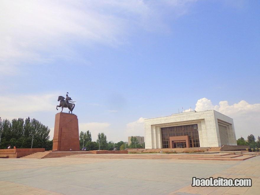 Estátua de Manas, posta para celebrar o 20º aniversário da independência do Quirguistão