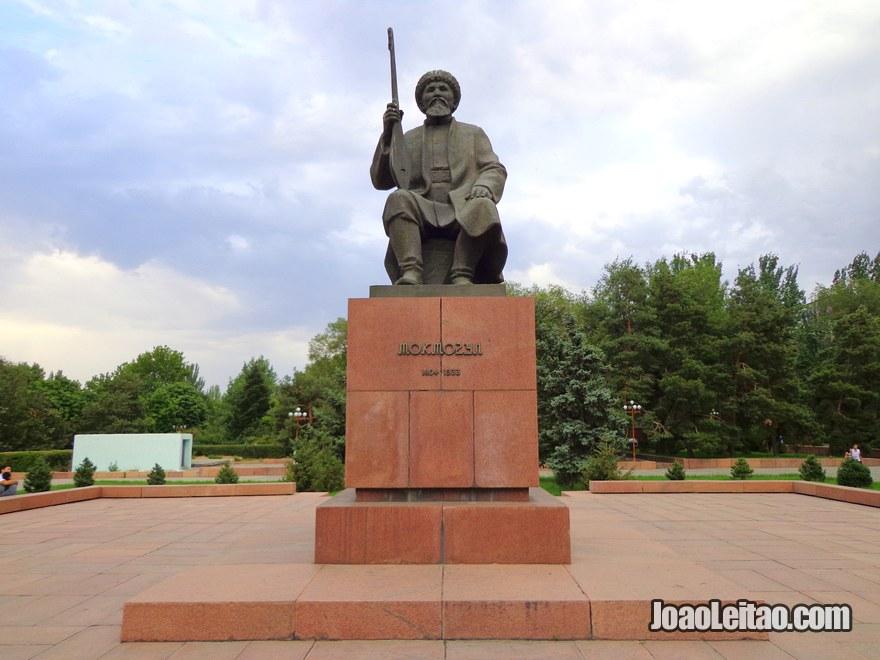 Estátua de Toktogul Satylganov, um famoso poeta quirguiz