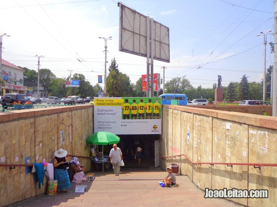 Passagem subterrânea em Bishkek