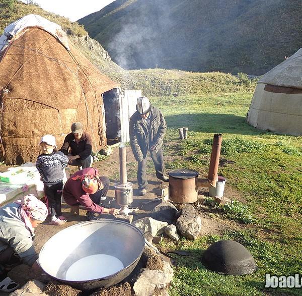 Queijo qurut pelos nómadas das montanhas do Quirguistão