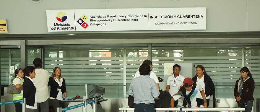 Inspecção de quarentena no aeroporto das Galápagos