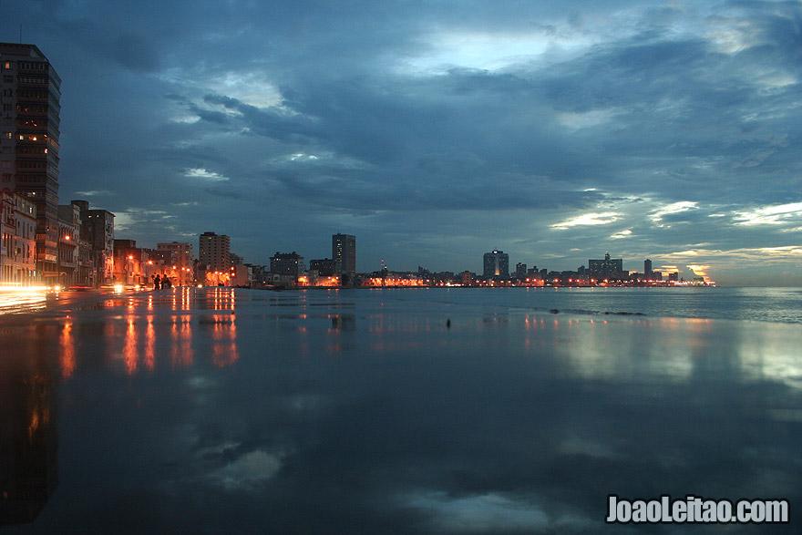 O Malecón com luzes da cidade reflectidas na água