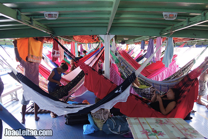Convés de camas de rede no barco Luiz Afonso