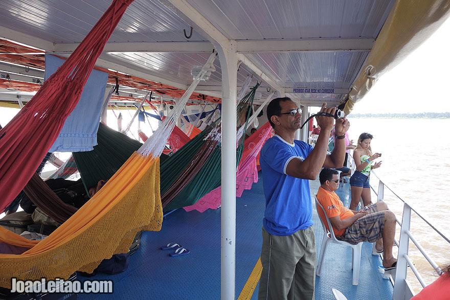 Convés de camas de rede no barco Cidade de Oriximiná II