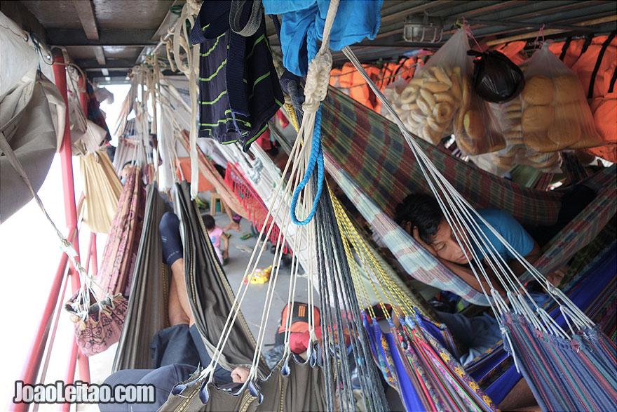 Convés de camas de rede no barco Arabela I