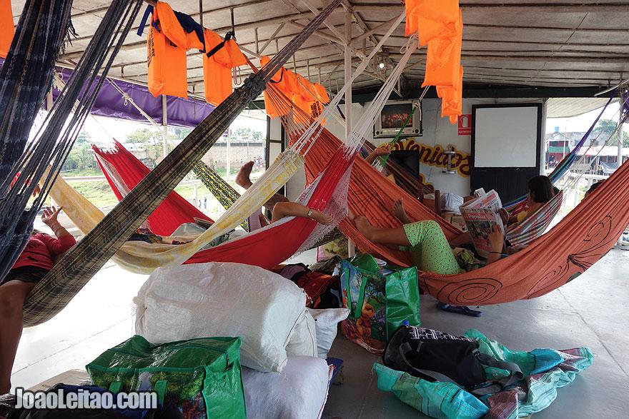 Convés de camas de rede no barco Carlos Antonio