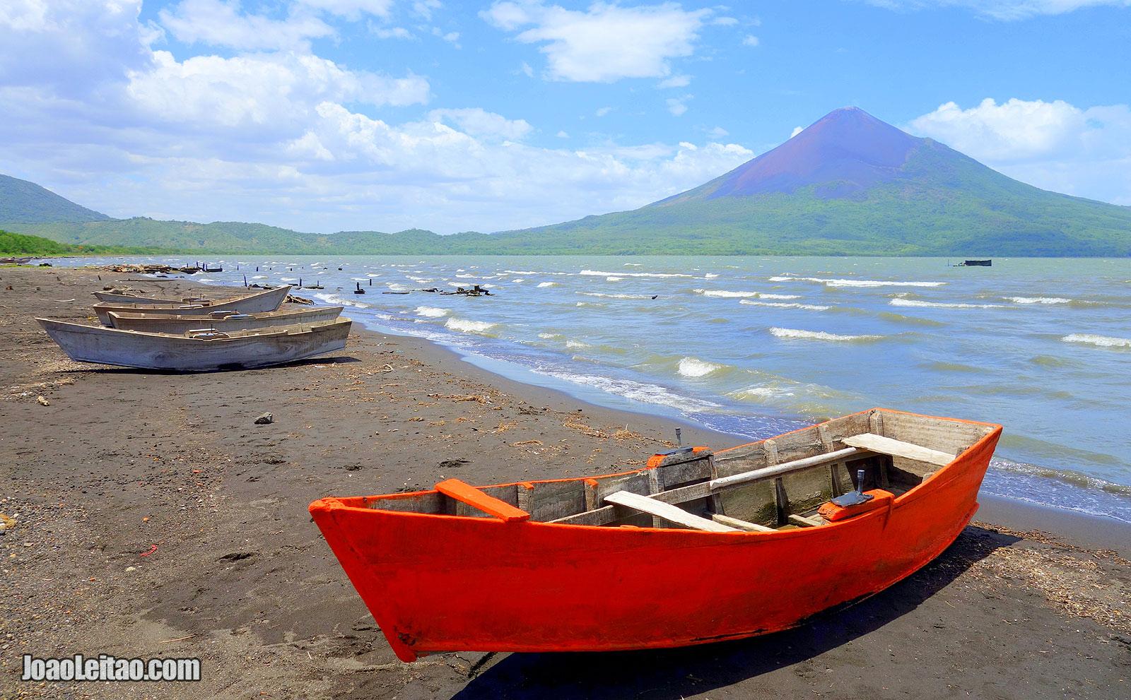 Barco com vista para o Vulcão Momotombo - Viajar na Nicaragua