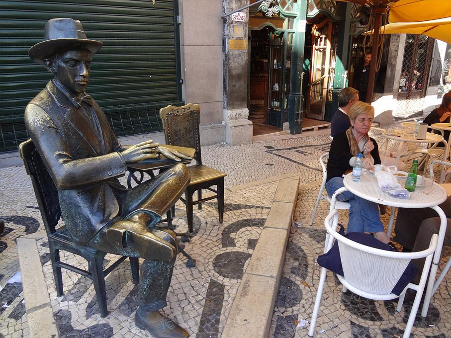 Fotografia Estátua de Fernando Pessoa em frente ao café A Brasileira, Chiado Lisboa
