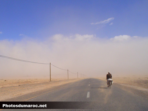صور مضحككة Homme-bicyclette-tempete-maroc