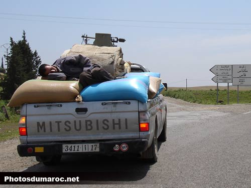 صور مضحككة Homme-dormir-pick-up-taounate-chemin