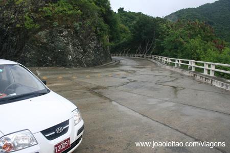 Auto-estrada da Farola, de Baracoa a Guantanmo, parte Oriental de Cuba