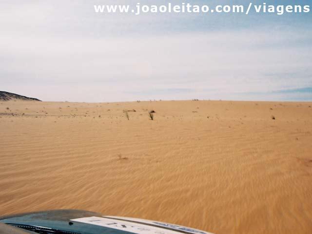 Condução nas dunas durante 10km com Opel Corsa, norte da Mauritânia