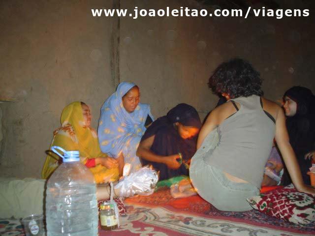 Xana a ser pintada pelas mulheres da casa em Choum, Mauritânia