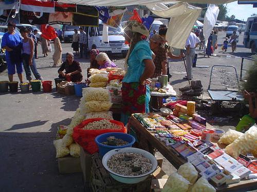 Mercado no centro da cidade de Shymkent, Cazaquistão