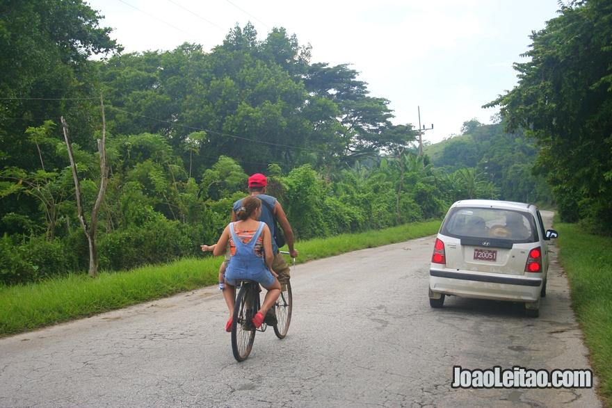 Fotografia da selva numa estrada rural em Cuba caminho de Remédios até Baracoa