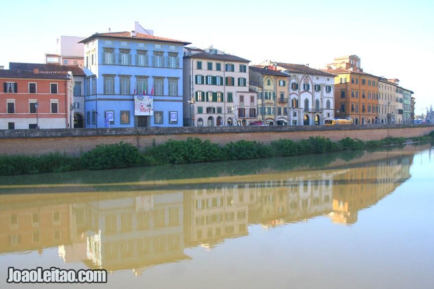 Foto do centro histórico de Pisa e do Rio Arno