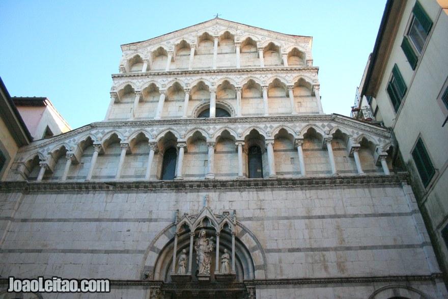 Foto de fachada de um monumento de Pisa