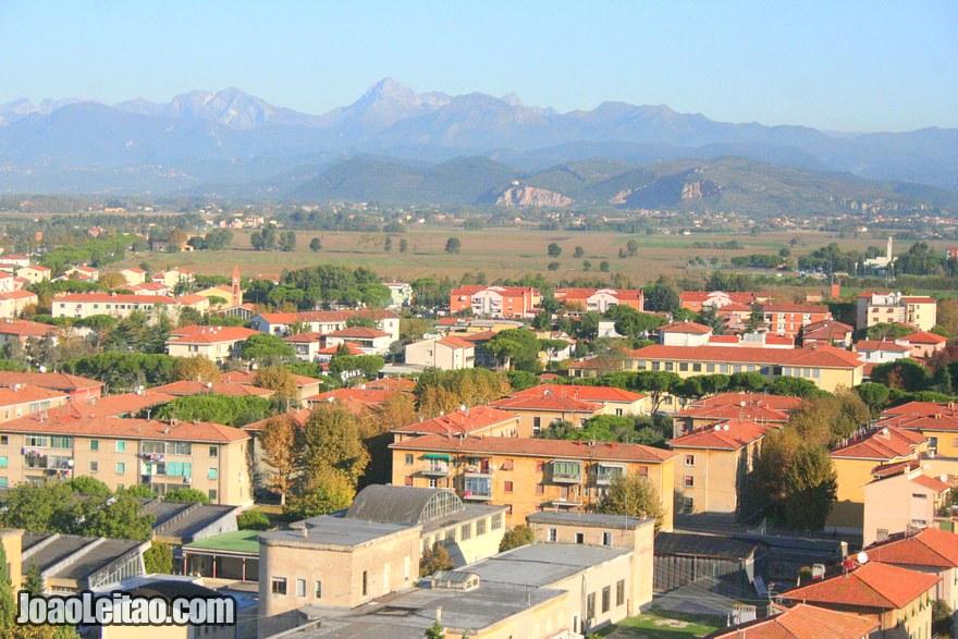 Foto de vista panorâmica de Pisa com as montanhas ao fundo