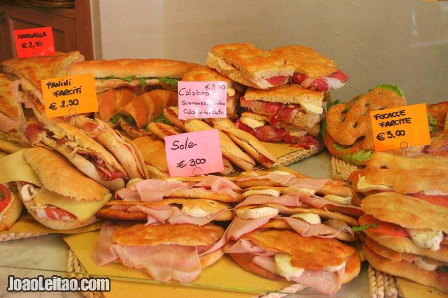 Foto de sandes e comida variada num restaurante de rua em Pisa