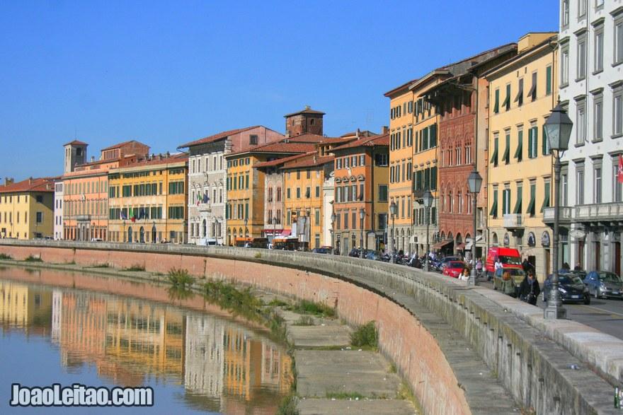 Foto do centro histórico e do Rio Arno com Arquitectura Lungarni