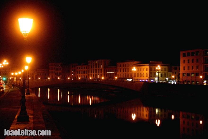 Foto do centro histórico de Pisa e do Rio Arno à noite