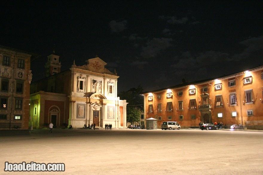 Foto do centro histórico de Pisa à noite