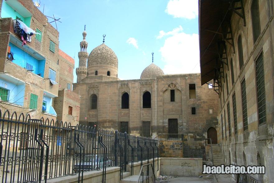 Mesquita dentro do cemitério da Cidade dos Mortos no Cairo