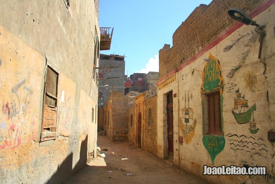 Necrópole da Cidade dos Mortos abaixo das Colinas de Mokattam no Cairo