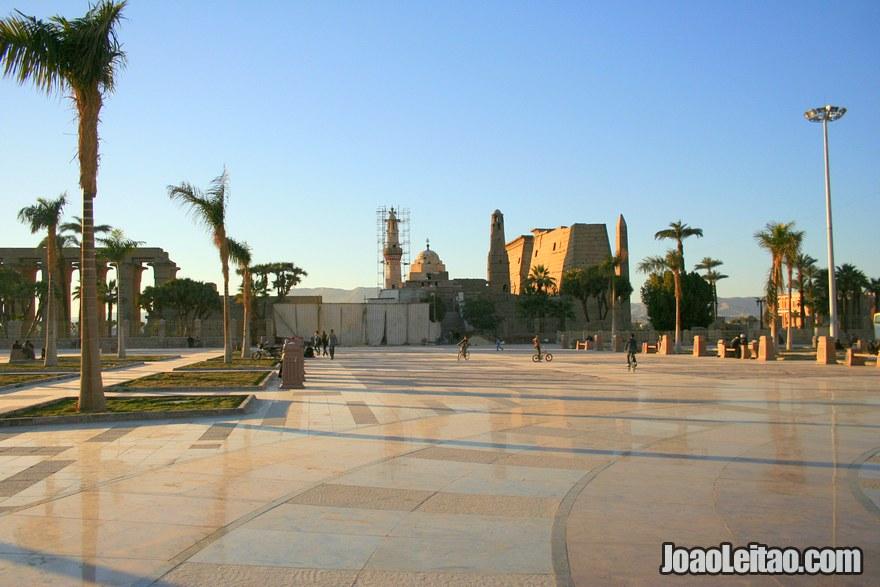 Vista de praça com o Templo de Luxor ao longe