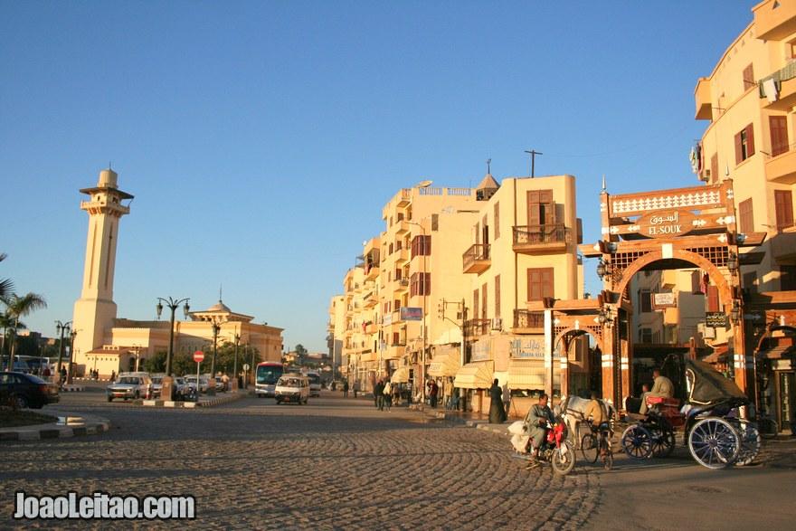 Centro de Luxor com entrada para o mercado souk