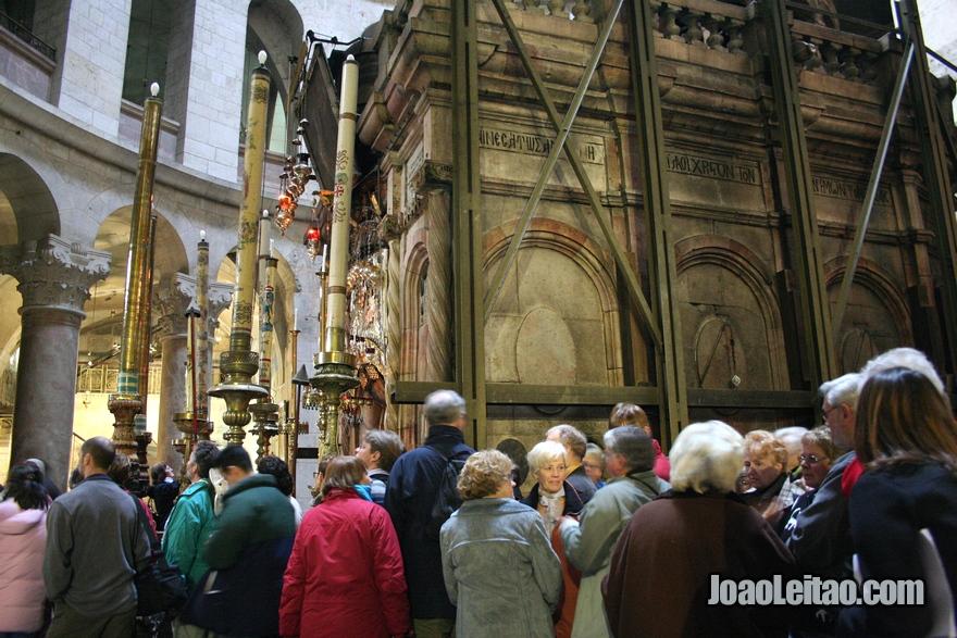 No centro da Rotunda é a capela chamada a Edícula, que contém o Santo Sepulcro