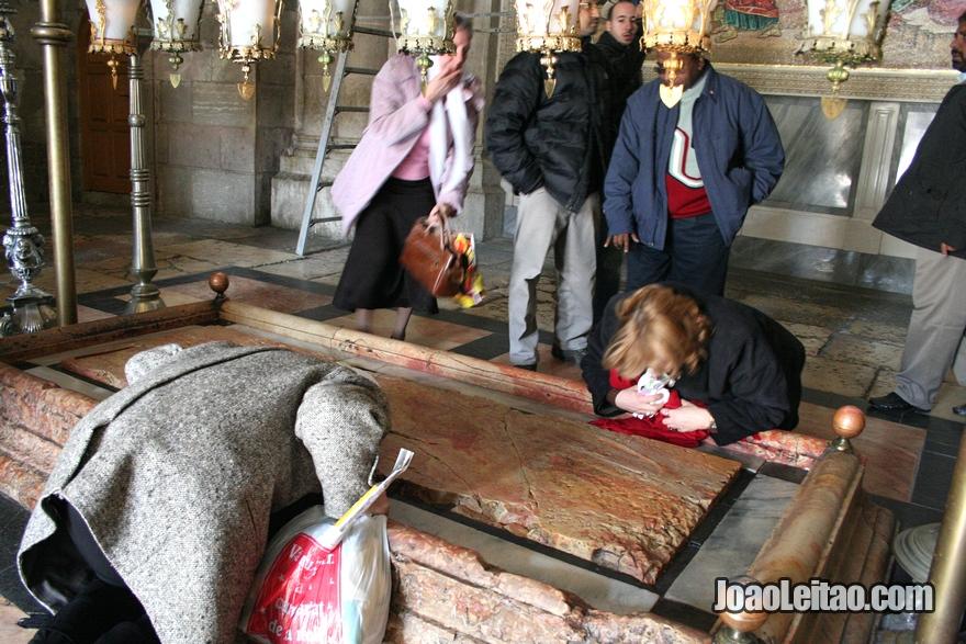 Pedra da Unção que é o local onde o corpo de Jesus foi preparado para o sepultamento por José de Arimateia e Nicodemos