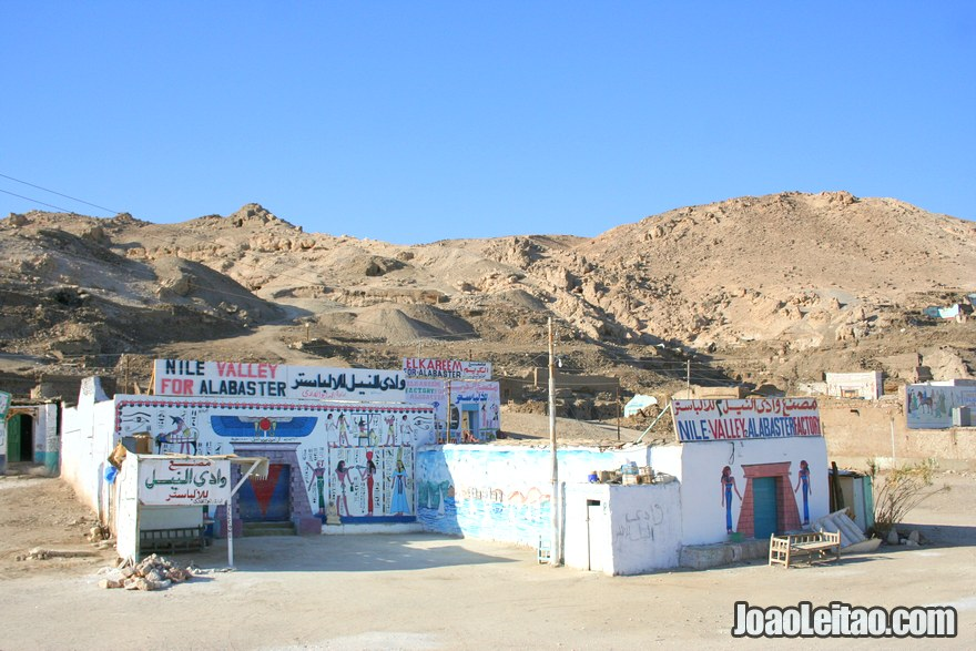 Oficinas de alabastro na aldeia de Deir el-Medina em Luxor