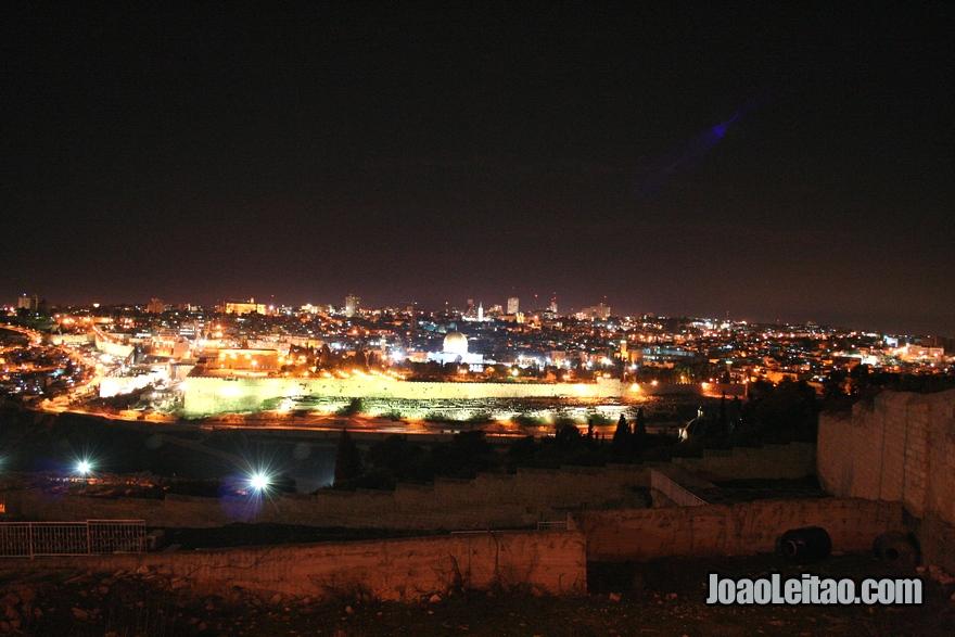 Vista da cidade de Jerusalém na Terra Santa, vista nocturna de Jerusalém do cimo do Monte das Oliveiras