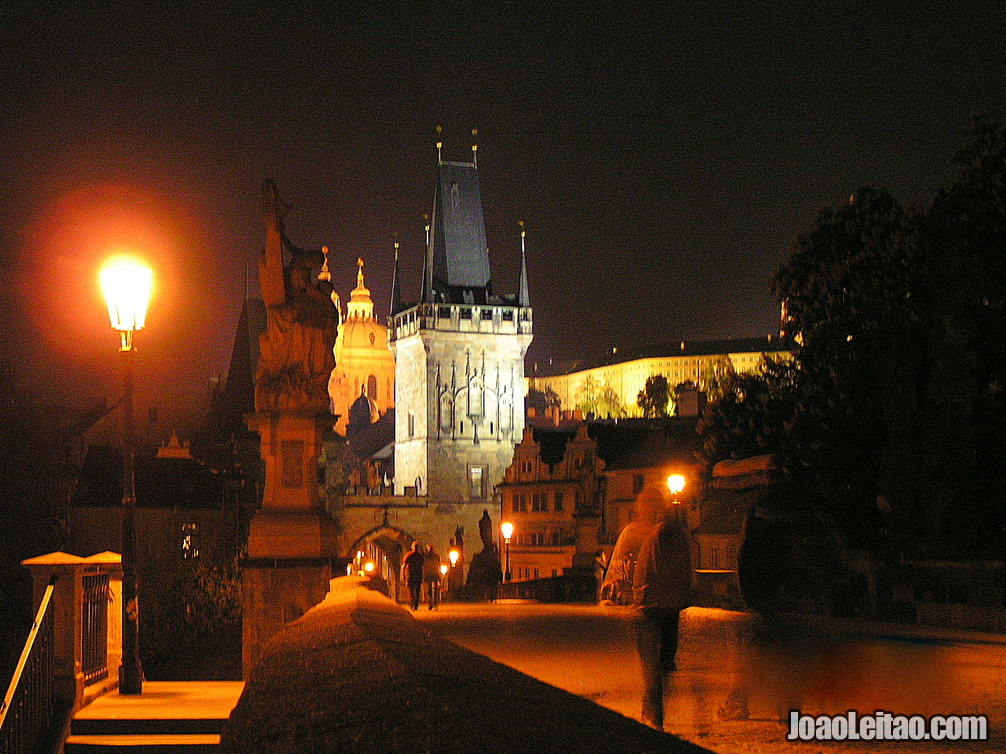 A famosa Ponte Karlovo ou Ponte Carlos em Praga
