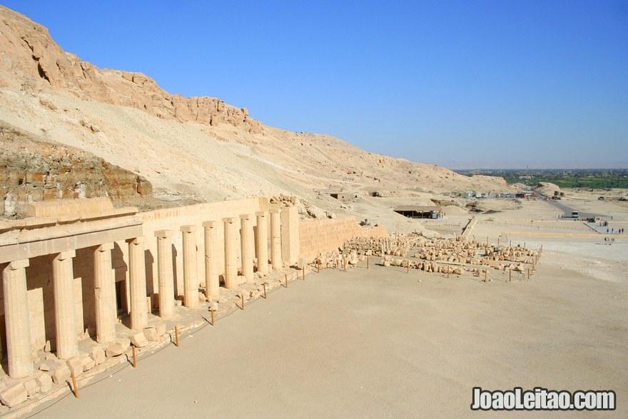 Vista da lateral da avenida das esfinges do Templo de Hatshepsut