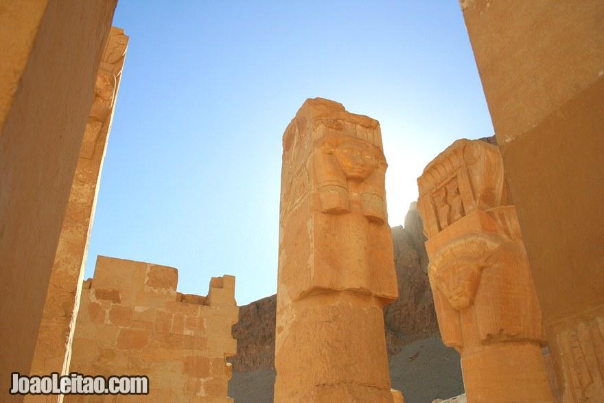 Colunas esculpidas no Templo de Hatshepsut