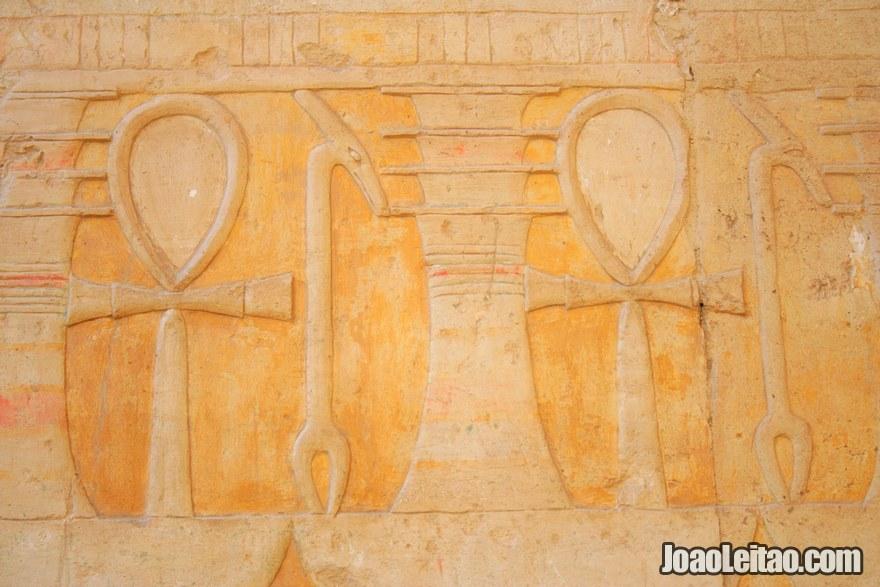 Foto de hieróglifos na parede do Templo de Hatshepsut