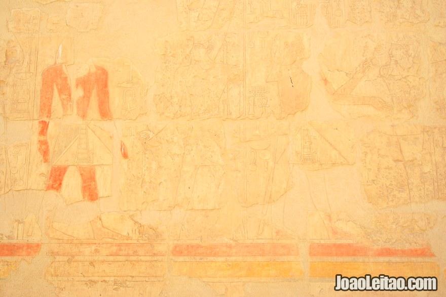 Figuras e hieróglifos na parede do Templo de Hatshepsut