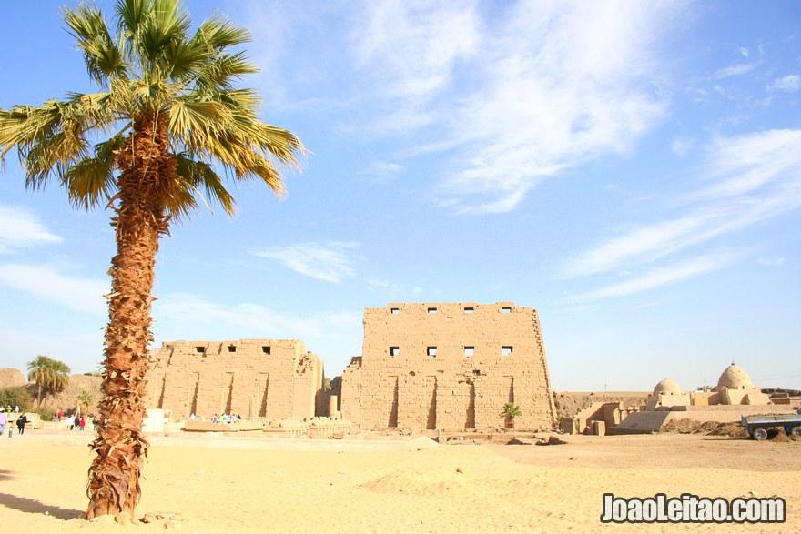 Foto de vista geral do Templo de Karnak
