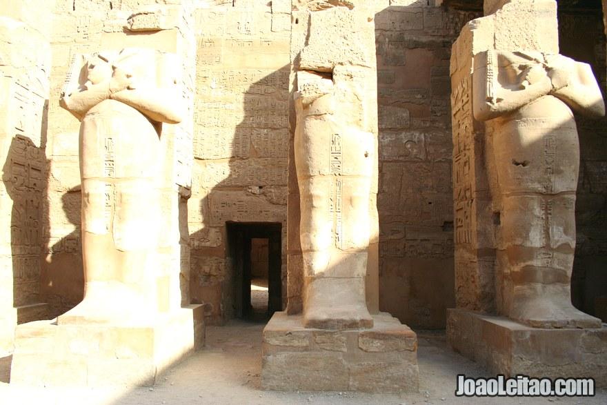 Estátuas faraónicas na entrada de Ramesseum