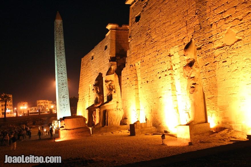 Foto da entrada do Templo de Luxor à noite